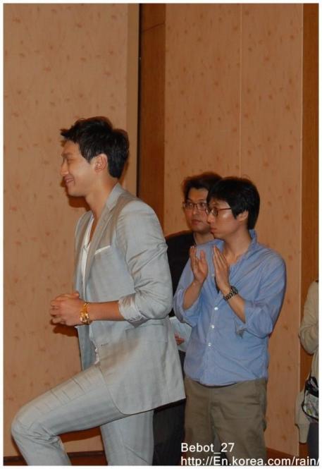 [22/05/2011] Fotos de Rain en conferencia de prensa en Singapur 230