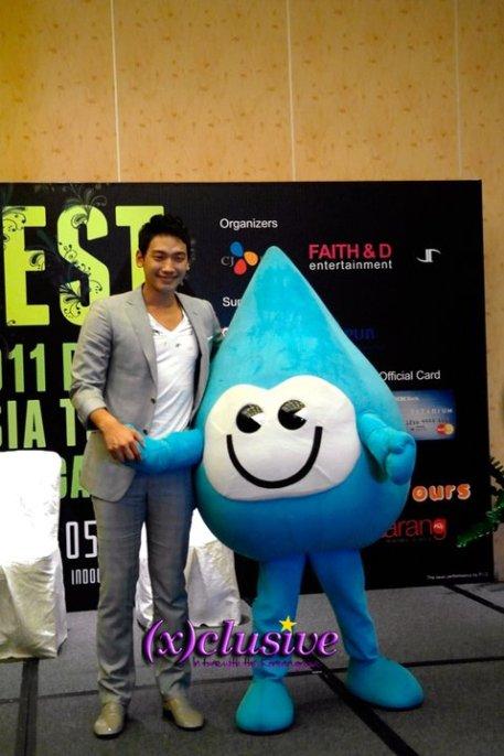 [22/05/2011] Fotos de Rain en conferencia de prensa en Singapur 2321