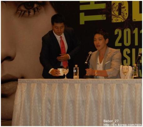 [22/05/2011] Fotos de Rain en conferencia de prensa en Singapur 420