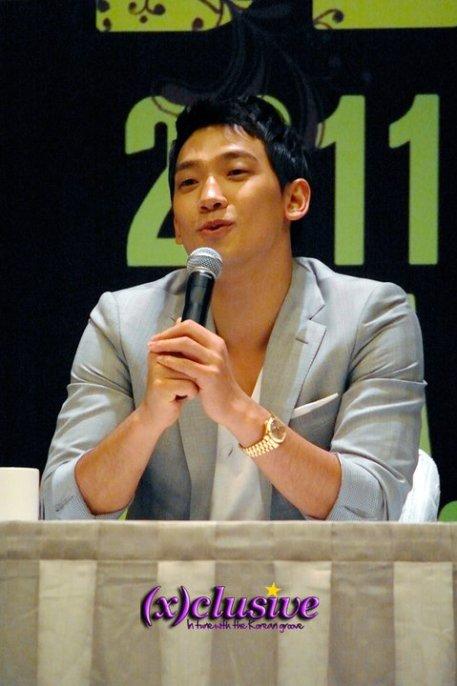 [22/05/2011] Fotos de Rain en conferencia de prensa en Singapur 4221