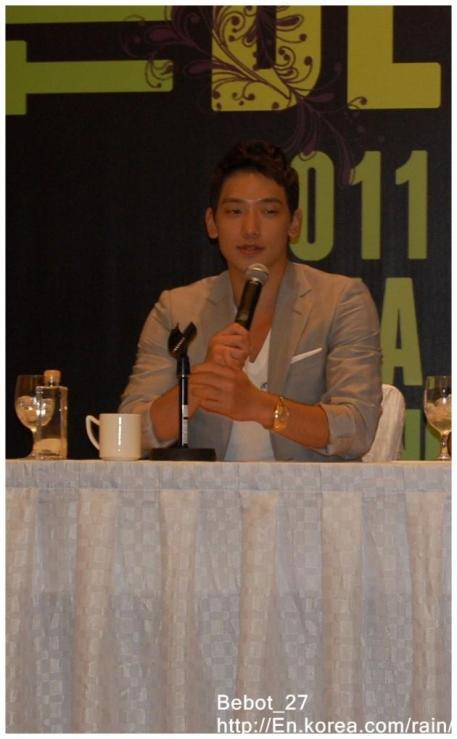[22/05/2011] Fotos de Rain en conferencia de prensa en Singapur 615
