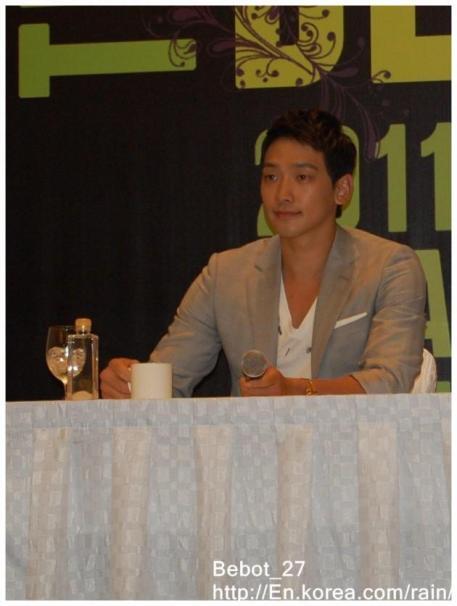 [22/05/2011] Fotos de Rain en conferencia de prensa en Singapur 714