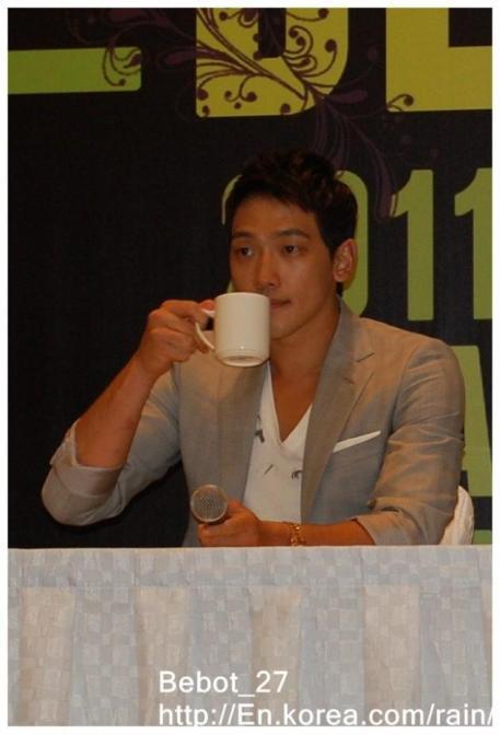 [22/05/2011] Fotos de Rain en conferencia de prensa en Singapur 813