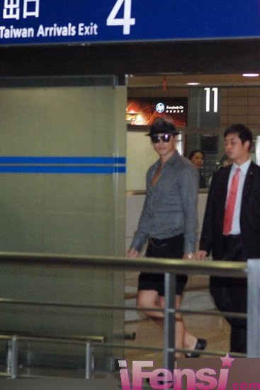 [24/05/2011] Imagenes de Rain en el aeropuerto de Shangai Air_7