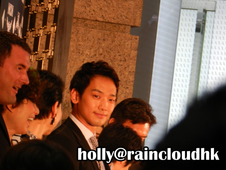 [30/05/2011] Rain en la apertura de boutique de MCM  Dscn03711