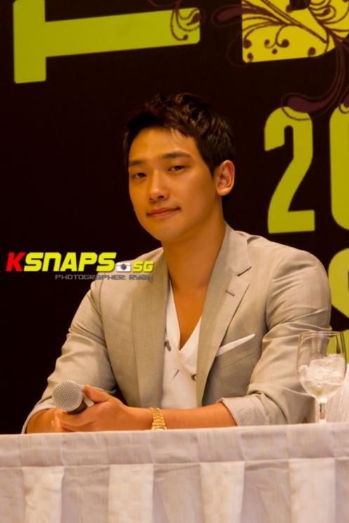 [22/05/2011] Fotos de Rain en conferencia de prensa en Singapur Press1b