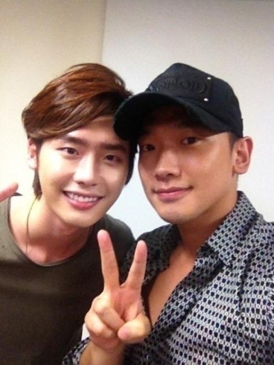 lee-jong-suk-takes-a-picture-with-rain
